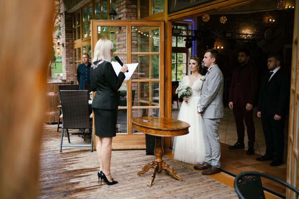 ślub plenerowy wewnątrz sali weselnej