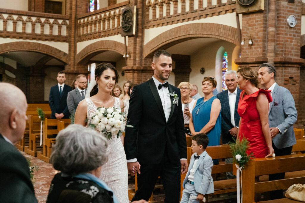 ślub kościelny wejście do kościoła